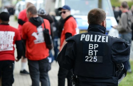 Ein Polizist sichert eine Neonazi-Demonstration | Symbolbild: ©Timo Müller