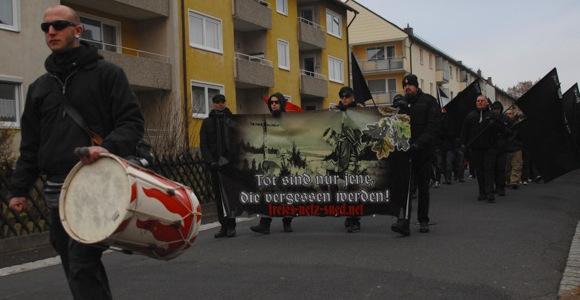 NS-verherrlichendes Transparent beim FNS-Aufmarsch im November 2012 in Wunsiedel. Foto: Robert Andreasch