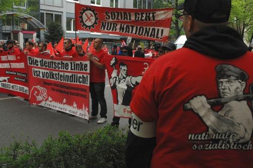 NS-Verherrlichung pur beim FNS-Aufmarsch am 1. Mai 2013 in Würzburg: Die Illustration des 'deutschen Arbeiters' auf den FNS-T-Shirts stammt vom 'Wählt Hitler'-Plakat der NSDAP von 1932. Foto: Robert Andreasch