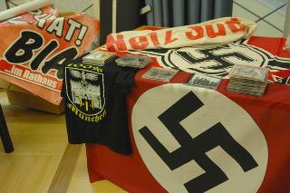 Beschlagnahmte Hakenkreuzfahnen und Transparente von 'Freiem Netz Süd' und 'Bürgerinitiative Ausländerstopp München'. Foto: Robert Andreasch