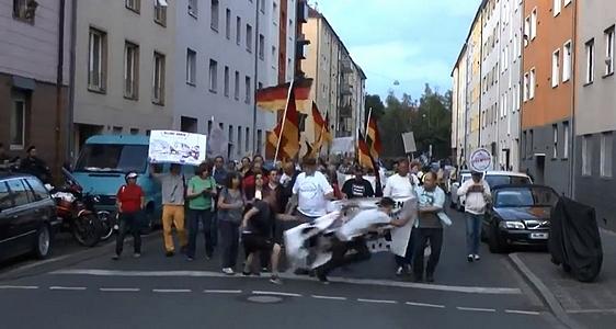 Der Plakatklau wurde auf Video aufgezeichnet © Screenshot: youtube.com