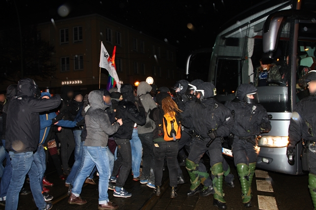 Gegendemonstranten stoppten gewaltsam einen Pogida-Bus. Foto: Anton Lommon