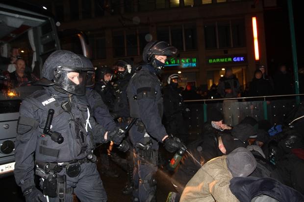 Es gab sieben verletzte Polizisten, aber auch Verletzte durch Pfefferspray. Foto: Anton Lommon