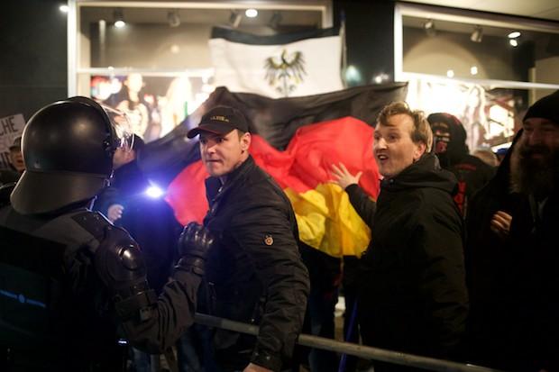 Immer wieder drohen LEGIDA-Teilnehmer anwesenden Journalisten © visual.change