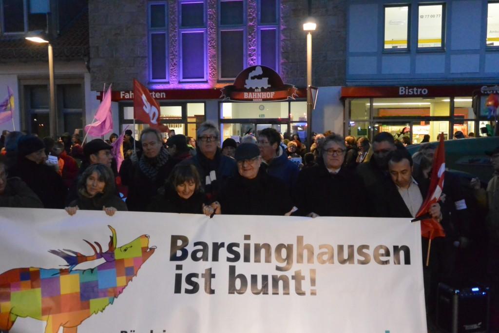 Hunderte Menschen protestieren als Reaktion gegen rechtsextreme Gewalt
