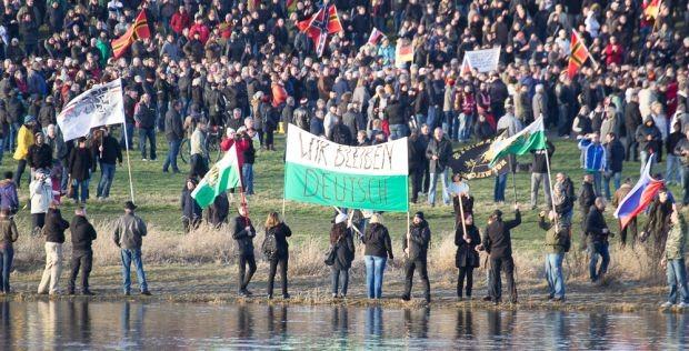 """Pegida: """"Wir bleiben Deutsch"""""""
