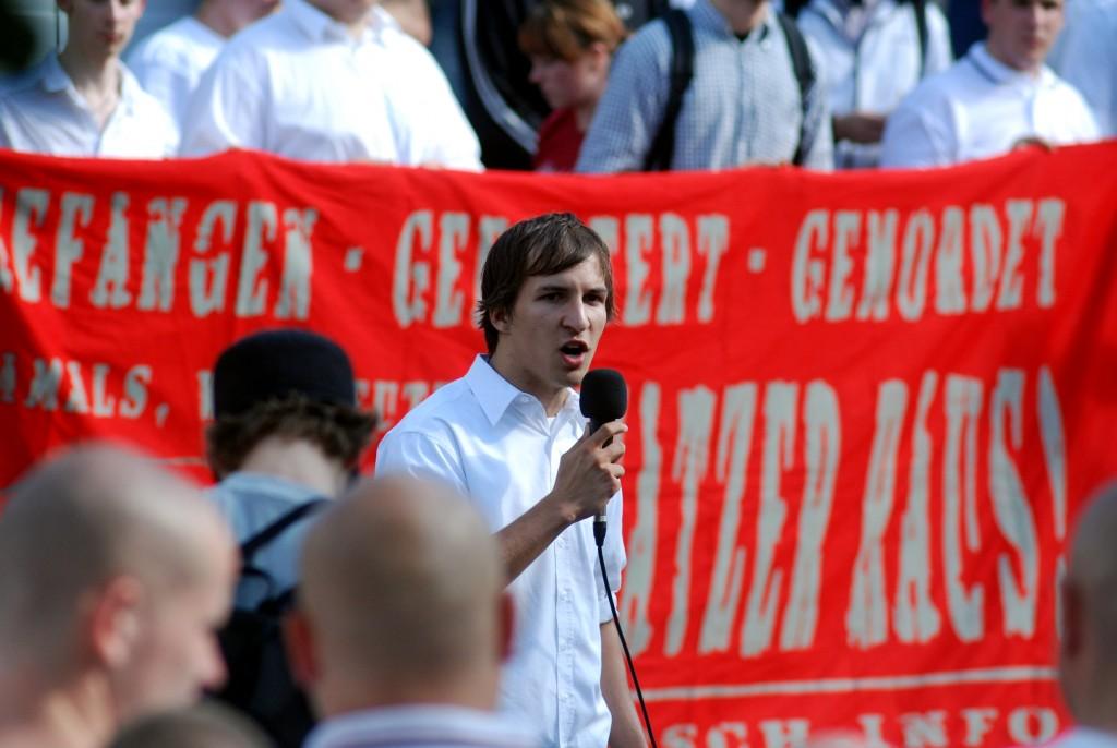 Patrick Fischer 2010 als Redner beim Neonazi-Aufmarsch in Bad Nenndorf, Foto: Recherche Nord