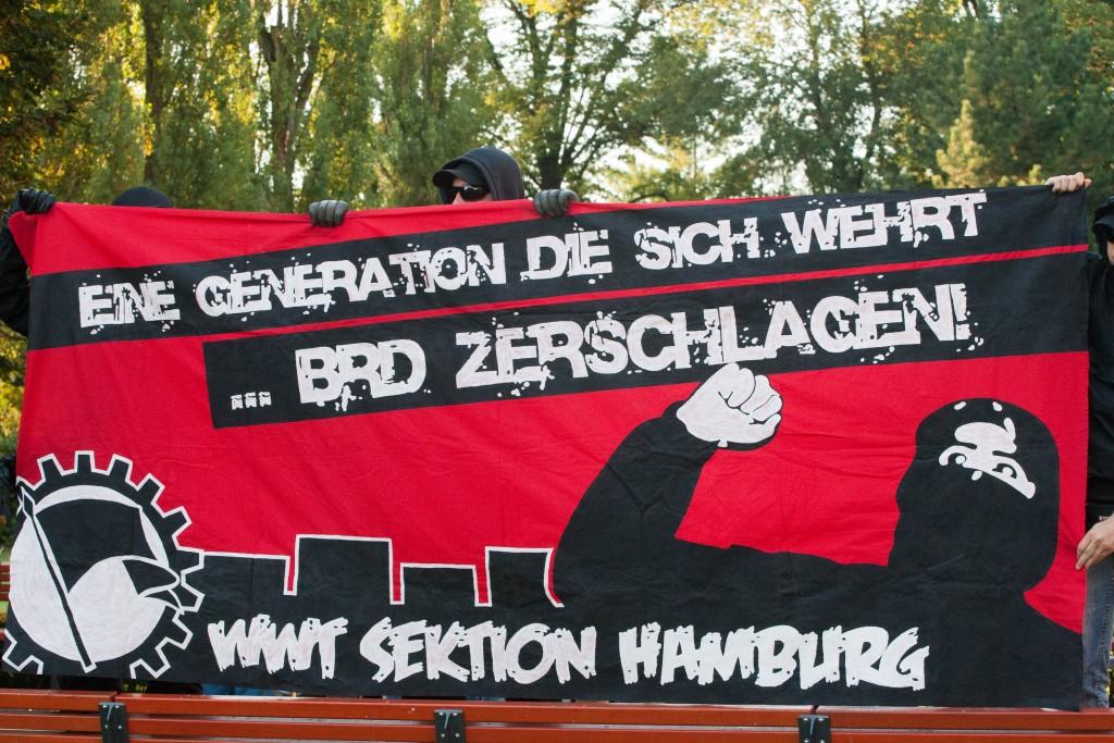 """Anhänger der """"Weißen Wölfe Terrorcrew"""" bei einer NPD-Kundgebung 2012 im brandenburgischen Velten © Theo Schneider"""