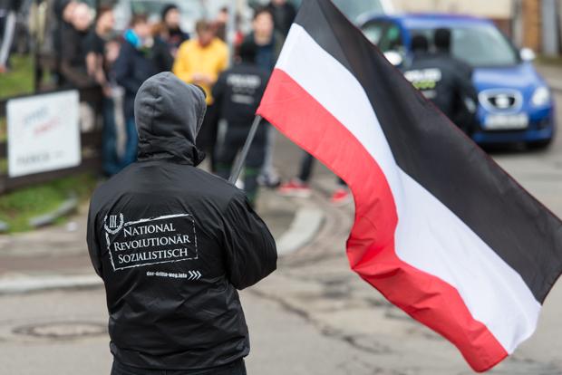 """Teilnehmer eines Aufzugs der rechtsextremistischen Partei """"Der III. Weg"""" in Kaiserslautern am 05.03.2016 © Christian Martischius"""