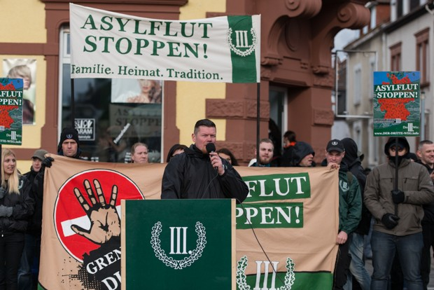 """Matthias Fischer redet bei einem Aufzug der rechtsextremistischen Partei """"Der III. Weg"""" in Kaiserslautern am 05.03.2016 © Christian Martischius"""