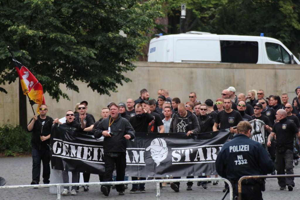"""Anhänger von """"Gemeinsam Stark Deutschland e.V."""" am 21.6.2015 bei einer Versammlung von BRAGIDA in Braunschweig. Foto: David Janzen / dokurechts"""