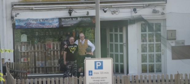 Polt posiert mit Landogart vor seinem Laden in Murnau