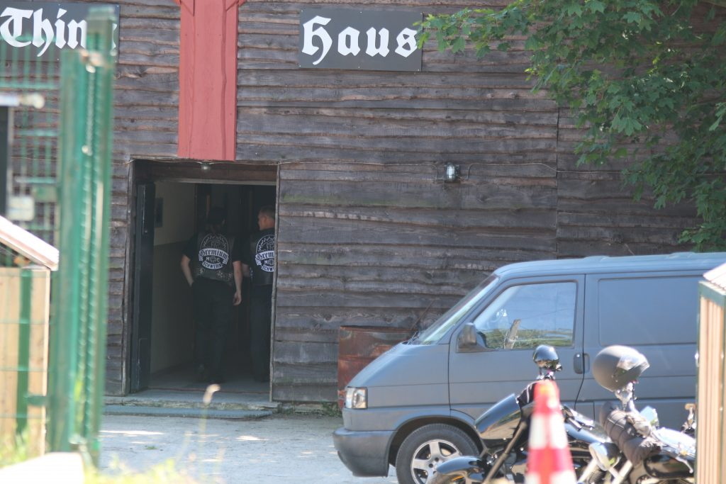 Gemeinsam mit mehrere Polizisten begaben sich die Rocker in das Thinghaus