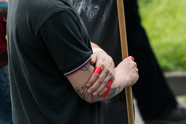 Teilnehmer des Naziaufmarsches mit abgeklebter Tätowierung | © Christian Martischius