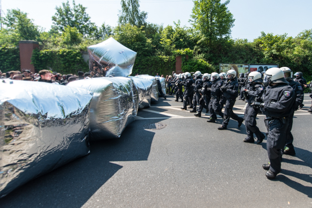 Polizeibeamte stehen einer Blockade aus Spiegel-Kissen gegenüber | © Christian Martischius