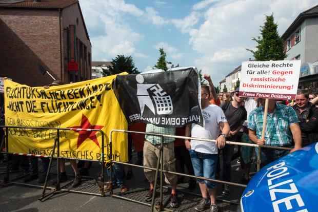 Gegendemonstranten hinter einer Polizeiabsperrung | © Christian Martischius
