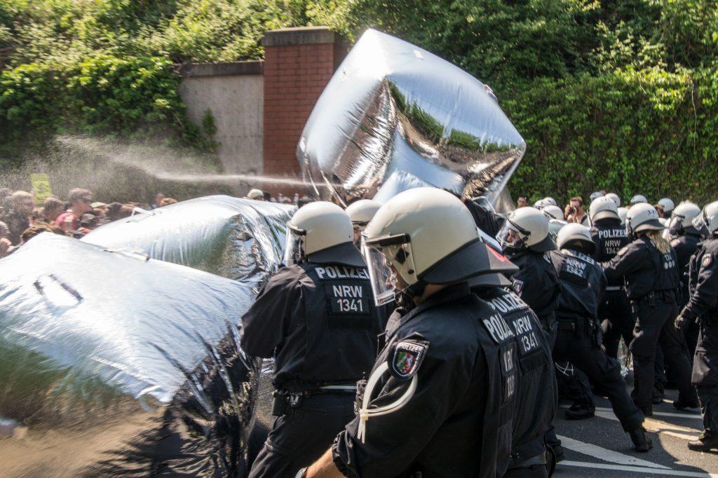 Immer wieder nutzen Polizisten die Spiegelwürfel als Deckung © Danny Marx