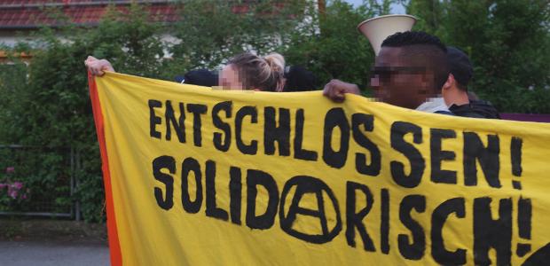 """Entschlossen - Solidarisch"" auf Demo gegen Brandstiftung an Asyl-UK in Kaufbeuren"