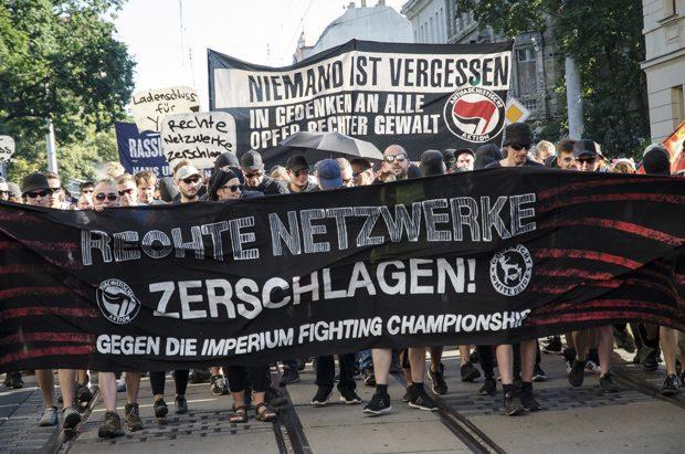 Etwa 1000 Menschen demonstrieren gegen rechtes Kampfsportevent © T. Wagner
