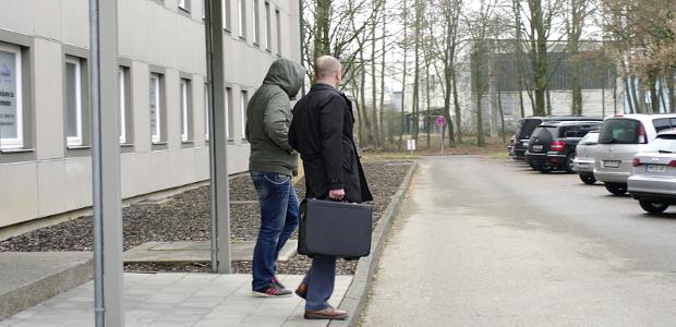15.12.16: Benjamin Einsiedler und Alexander Heinig vor dem Amtsgericht Memmingen © S. Lipp