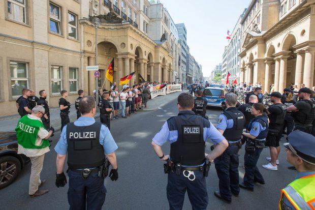 Das ging daneben - die geplante Besteigung des Daches wurde von der Polizei verhindert. © Theo Schneider