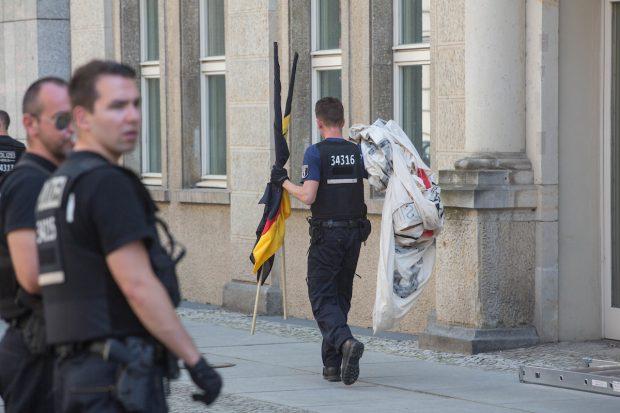 """Die Materialien der """"Identitären"""" wurden von der Polizei wieder ausgehändigt © Theo Schneider"""
