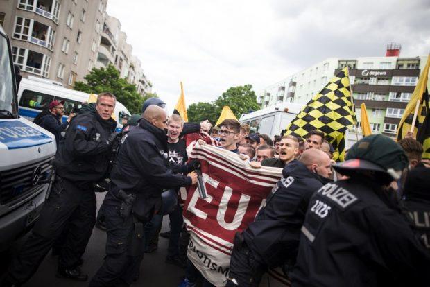Identitäre Bewegung greift Zeitungen und Parteibüros an