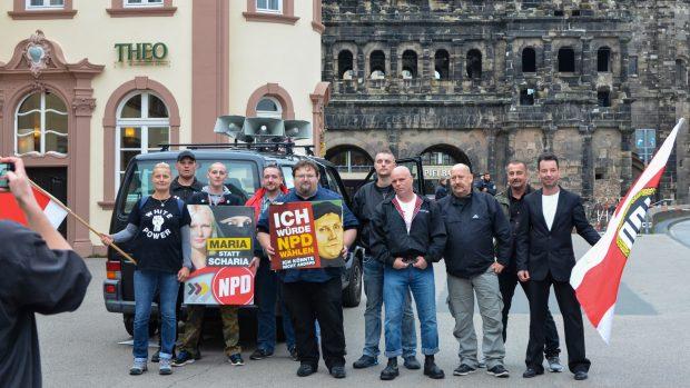 Zum Abschied noch ein Gruppenfoto: Die NPD demonstrierte nach zwei Jahren Pause wieder in Trier. © Max Bassin