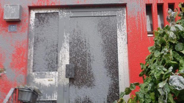 Die beschädigte Eingangstür Foto: Bündnis Nazistopp Nürnberg