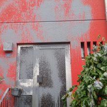 Die Häuserfront ist komplett mit Farbe beschmutzt