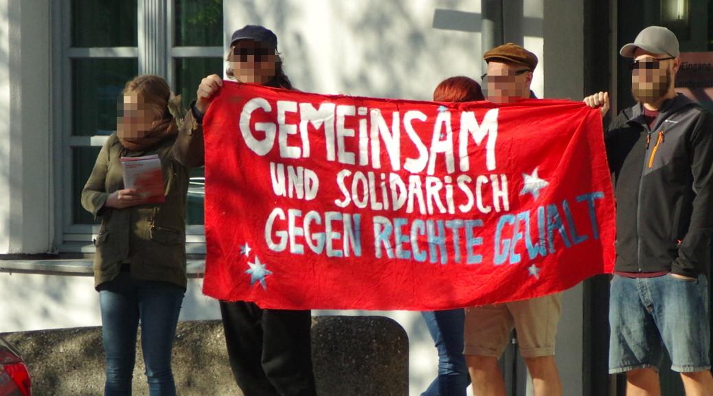 """Rechtsextremismus: """"Es gibt kein recht auf Nazipropaganda!"""" Das skandieren Nazigegner zum Prozessauftakt gegen Oldschool Records am 17. April 2018 vor dem Landgericht Memmingen. © N. Kelpp"""