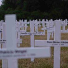 Holzkreuze erinnern an die Todesopfer rechter Gewalt