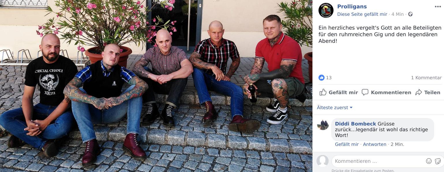 Die Mitglieder der Oi!-Band Prolligans posieren am Tag nach dem Konzert mit dem Sänger einer anderen Gruppe.