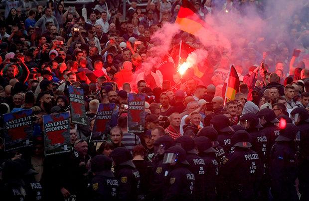 Fremdenfeindlichkeit: So rechtsextrem war 2018: Teilnehmer des Neonaziaufmarsches in Chemnitz © Matthias Rietschel/Reuters