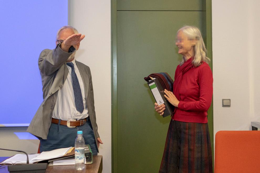 Rechtsextremismus: Mit dem HItlergruß begrüßt Alfred S. am 2. Juli 2018 seine breit grinsende Schwester im Verhandlungssaal am Landgericht München.