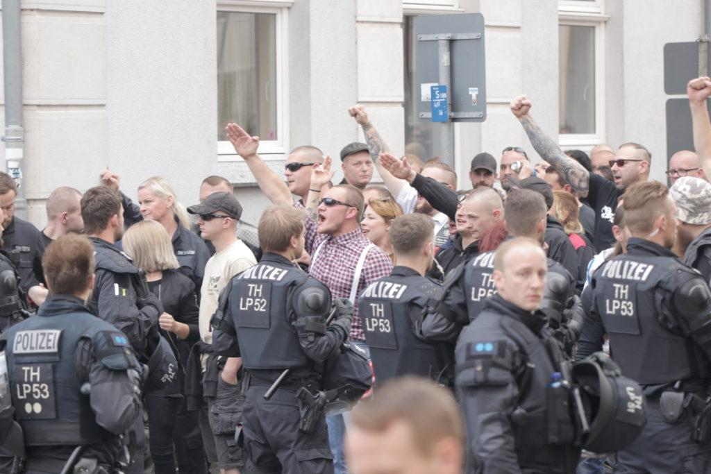 Rechtsextremismus: Bei einem Neonazi-Konzert in Apolda zeigen Besucher reihenweise Hitlergrüße