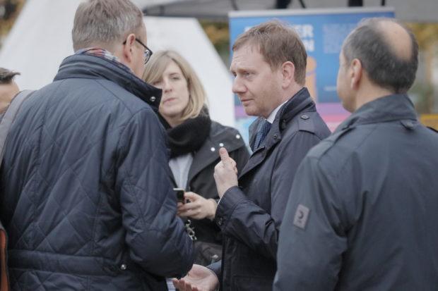 Neonazifest in Ostritz: Mit Tricks gegen die Pressefreiheit: Ministerpräsident Michael Kretschmer beim Friedensfest © Henrik Merker