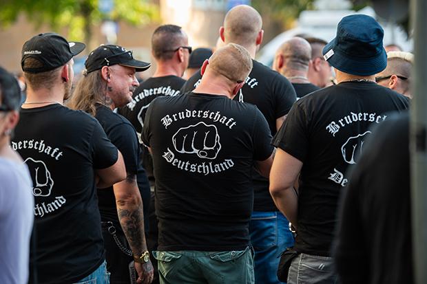 Rechtsextremismus: Mitglieder der Bruderschaft Deutschland, hier bei einem angeblichen Trauermarsch für einen toten Neonazi im September 2018 in Mönchengladbach © Christophe Gateau/dpa