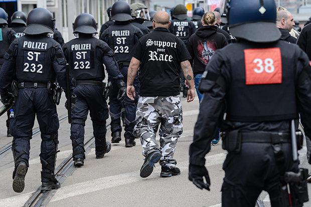 Kameradschaft Aryans: Wenn Neonazis mit Polizisten chatten