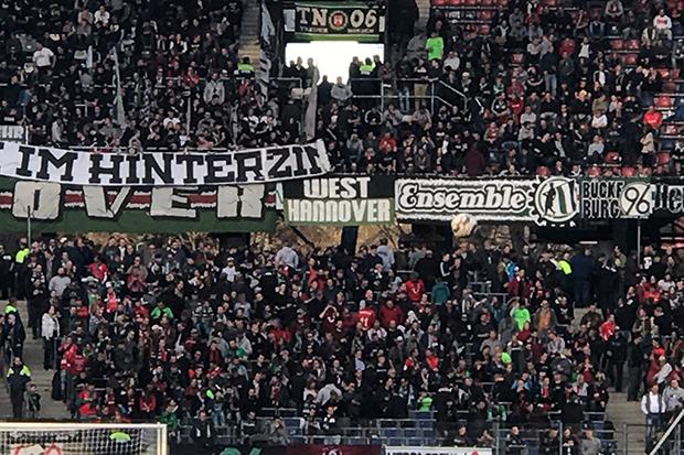 Fußballkultur: Banner von Ultragruppen hängen in der Nordkurve des Hannoveraner Stadions. © privat