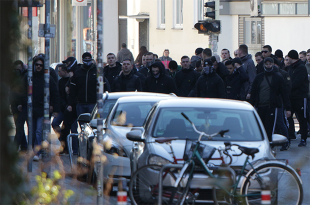Fußballkultur: Die Ultra-Fans versammeln sich vor den gewalttätigen Ausschreitungen in der Nordstadt von Hannover. © Hannoverrechtsaussen