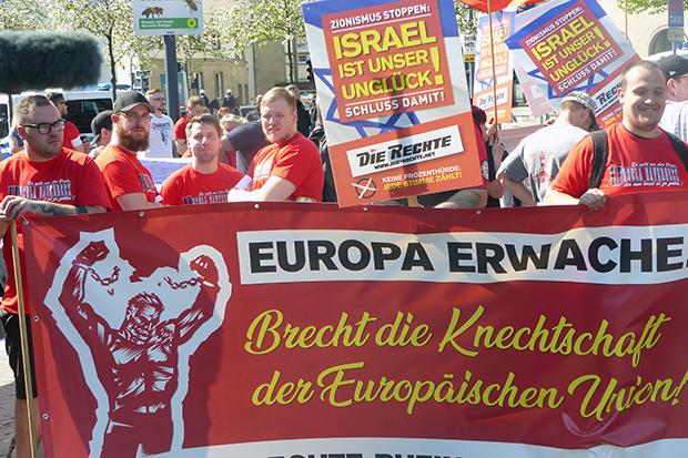 Die Rechte: Mit Anti-Israel-Plakaten demonstrieren Neonazis in Wuppertal. © Jennifer Marken