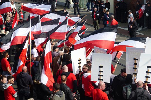 Rechtsextremismus: Anhänger der Partei die Rechte marschieren in Duisburg