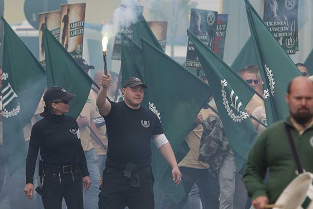 Rechtsextremismus: Anhänger des Dritten Wegs ziehen mit Fahnen und Fackel durch Plauen