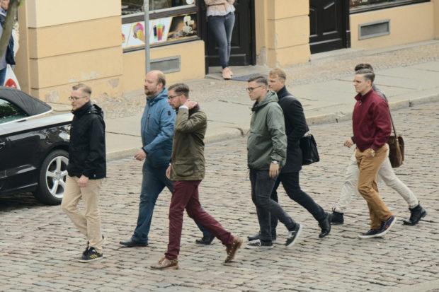 Kommunalwahl in Halle: IB-Kader Jan S. (l.), AfD-Kandidat Thorben Vierkant (2. v. l.) und einige Identitäre verlassen die AfD-Kundgebung. © Henrik Merker