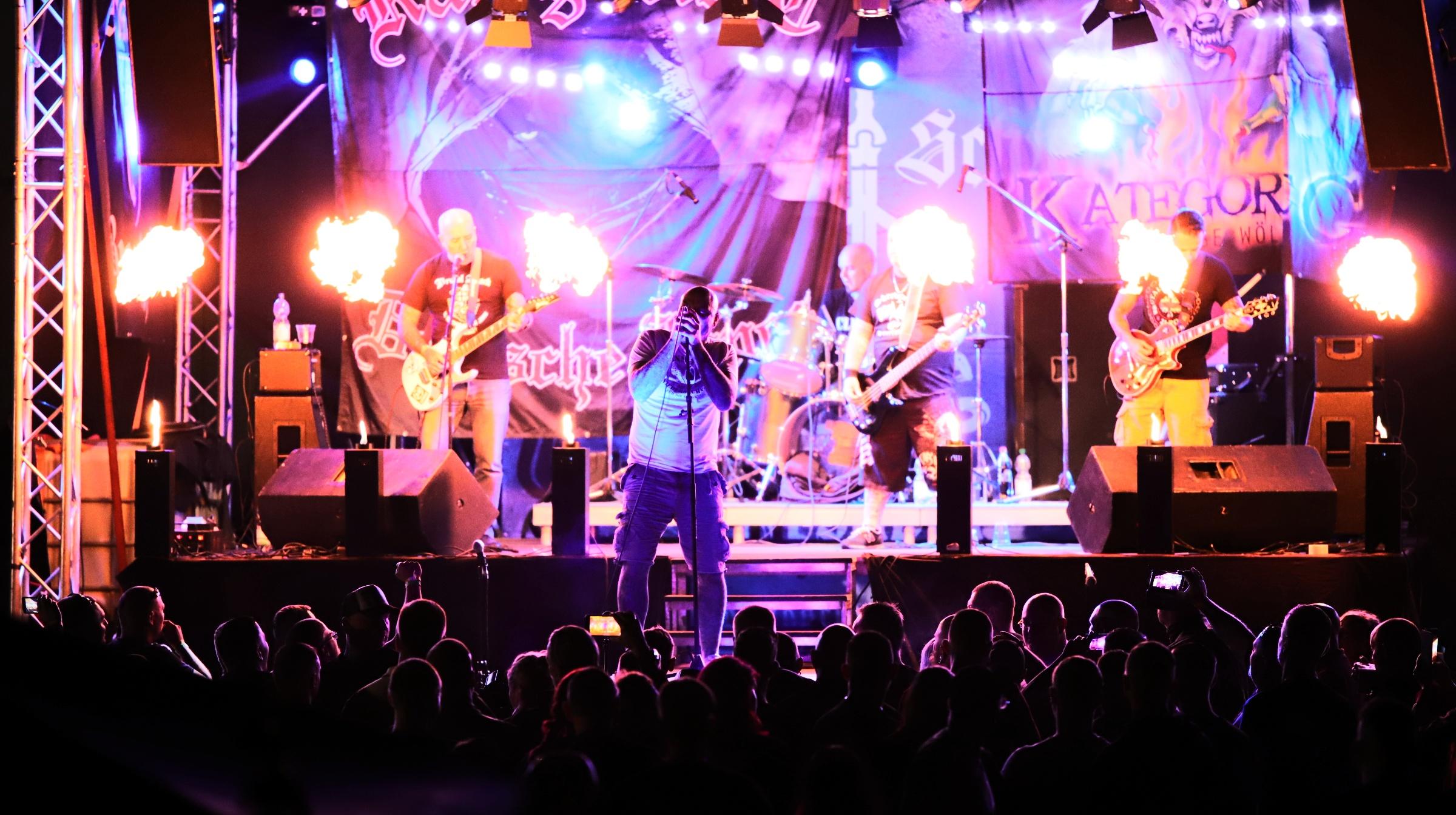 Neonazis sitzen bei Rechtsrock-Konzert auf dem Trockenen
