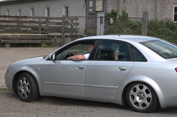 Eschede: Gäste kommen im Auto zur Sonnwendfeier auf dem Hof an. © Bela Mittelstädt