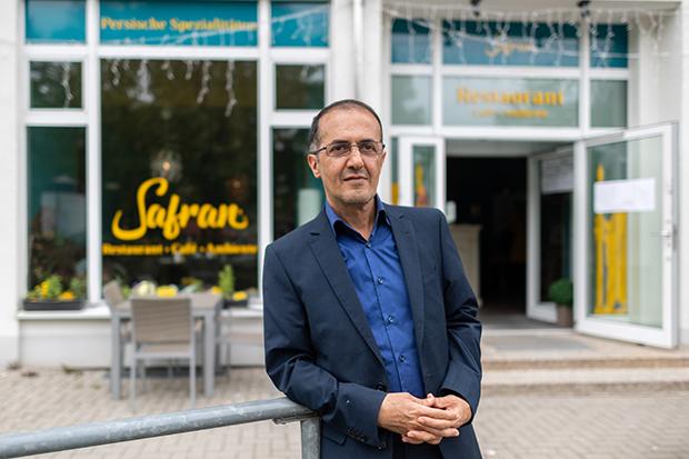 Masoud Hashemi steht vor seinem Restaurant im sächsischen Chemnitz © Robert Michael/dpa