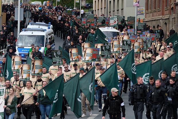 Neonazis: Großes Potenzial in Plauen: Demonstrationsteilnehmer der Partei ziehen am Ersten Mai dieses Jahres durch die sächsische Stadt. © dpa/Sebastian Willnow