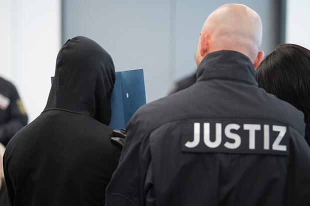 Revolution Chemnitz: Zu Prozessbeginn Ende September wird ein Angeklagter in den Gerichtssaal in Dresden geführt. © dpa/Sebastian Kahnert